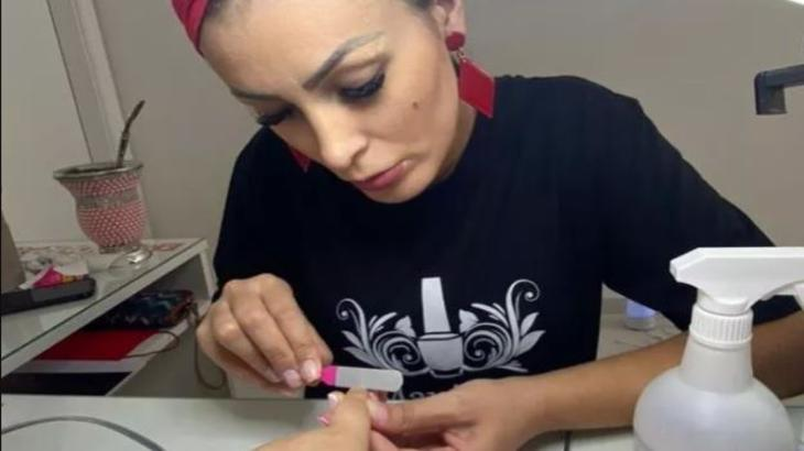 Andressa Urach faz unha de cliente em salão de beleza