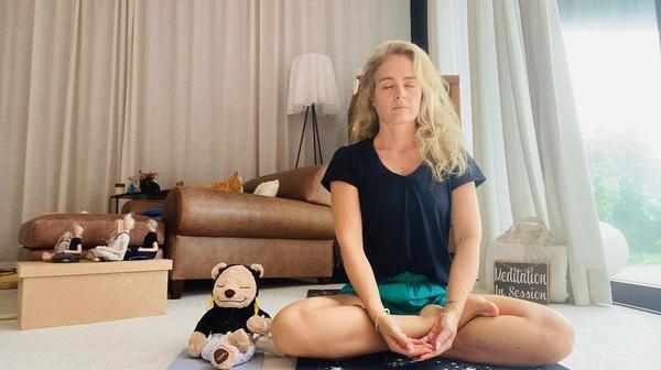 Angélica meditando