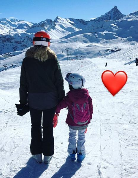 Angélica faz foto com filha caçula no meio da neve