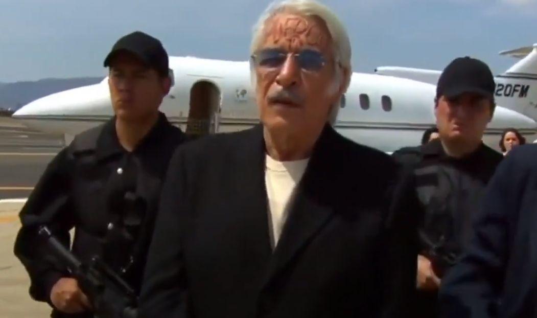 Aníbal escoltado por policiais em aeroporto