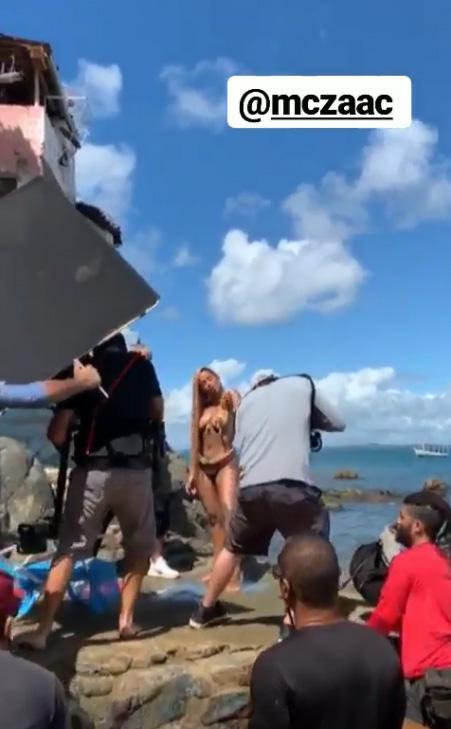 Novo clipe de Anitta: Cantora ousa em figurino e grava com os seios de fora