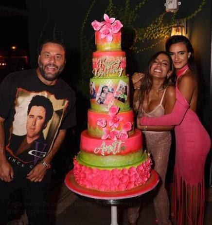 Na pandemia, Anitta comemora aniversário em balada nos EUA com pais e amigos