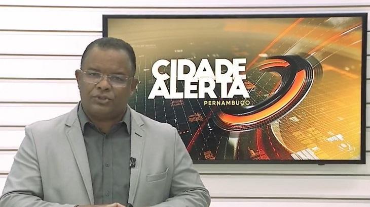 Evenilson Santana - que foi vítima de racismo - apresentando o Cidade Alerta PE