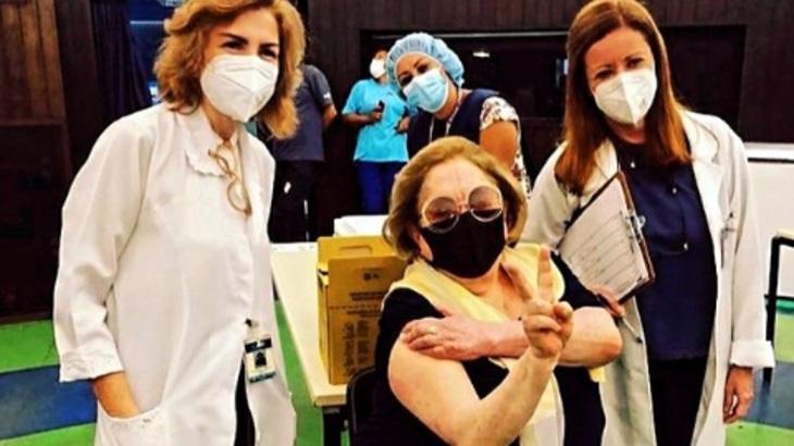 Aracy Balabanian posa após receber vacina contra o coronavírus