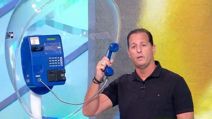 Benjamin Back atendendo o telefone no Arena SBT