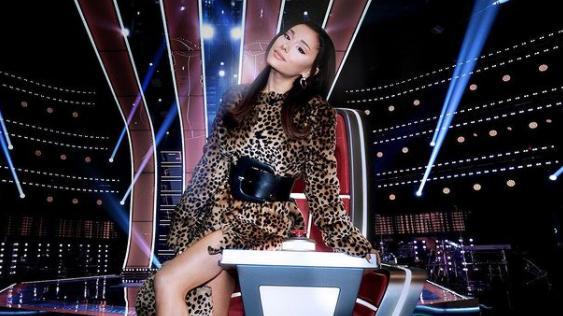 Ariana Grande na cadeira no The Voice