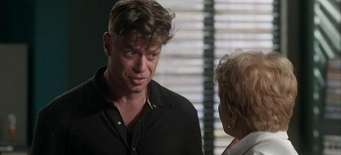 """Totalmente Demais: Arthur expulsa Stelinha de casa: \""""Faça suas malas\"""""""