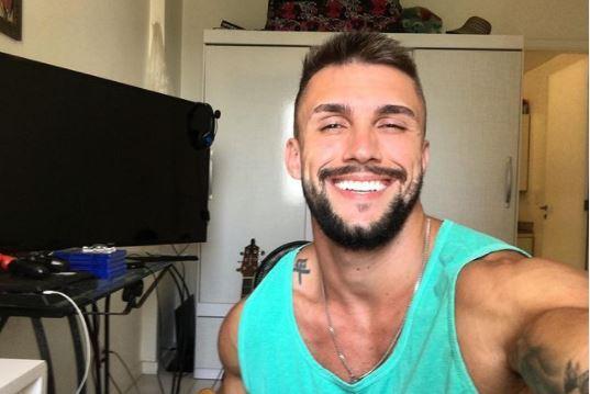 Arthur Picoli sorri em foto na sua casa
