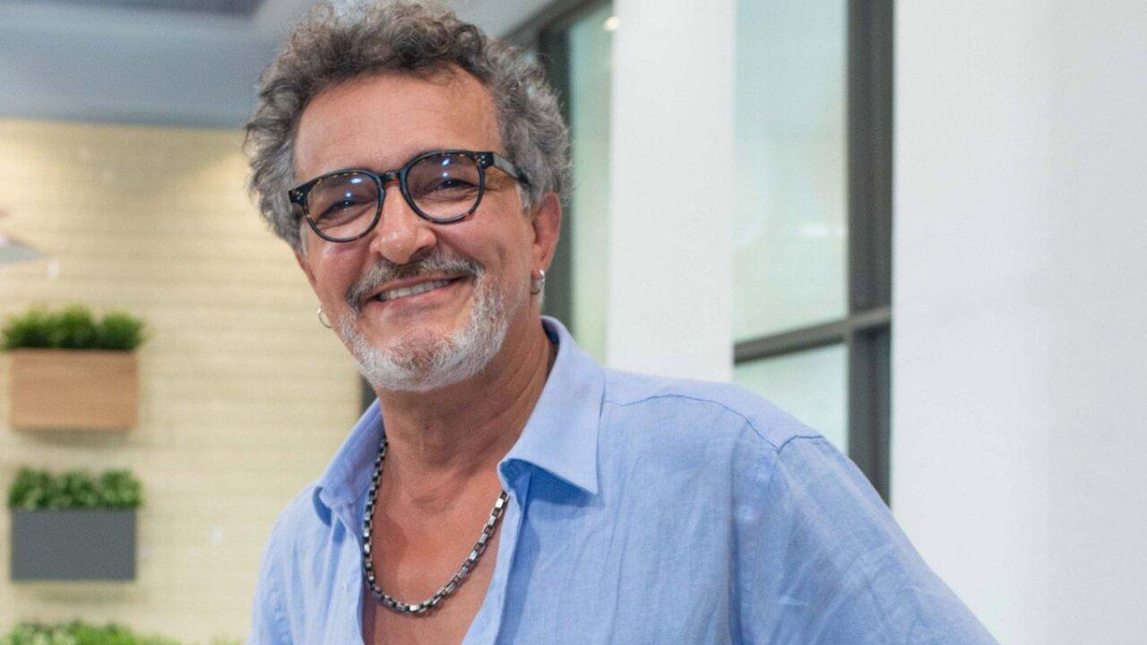 Rogério Samora posado nos bastidores da SIC
