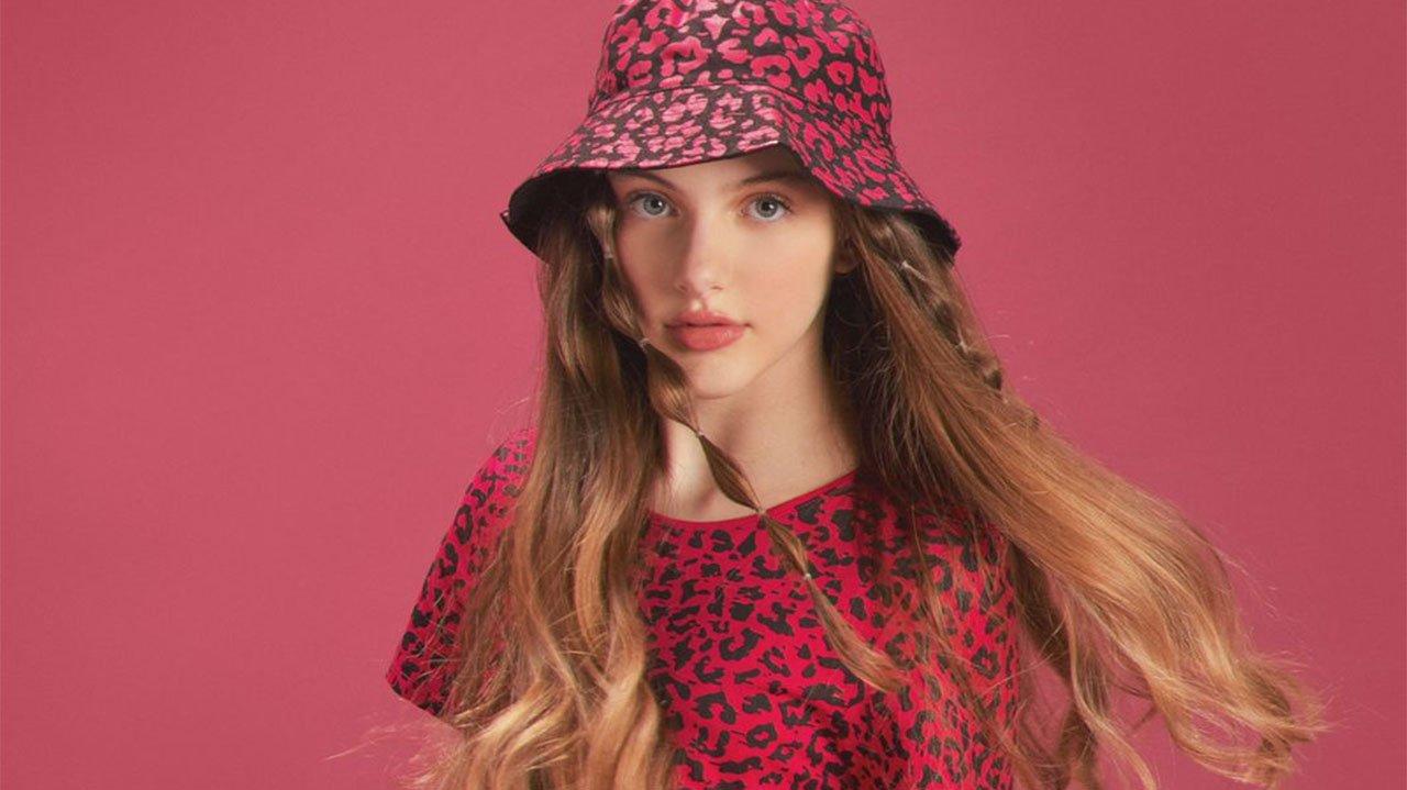 Bia Brumatti posada com chapéu