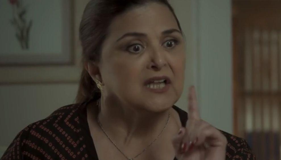Aurora com expressão de indignação e o dedo levantado enquanto fala