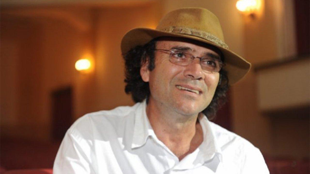 Almir Sater de óculos de grau e chapéu na cabeça