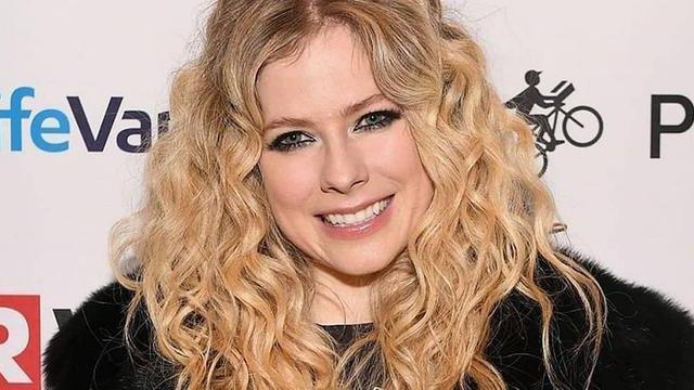 Avril Lavigne sorrindo
