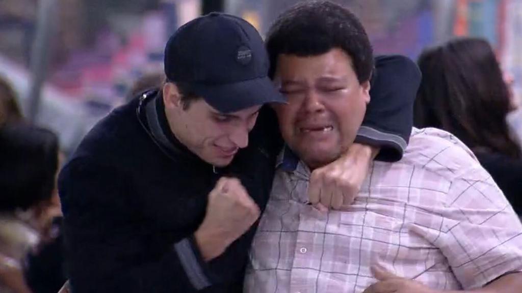 Babu e Prior chorando após permanência do Paredão
