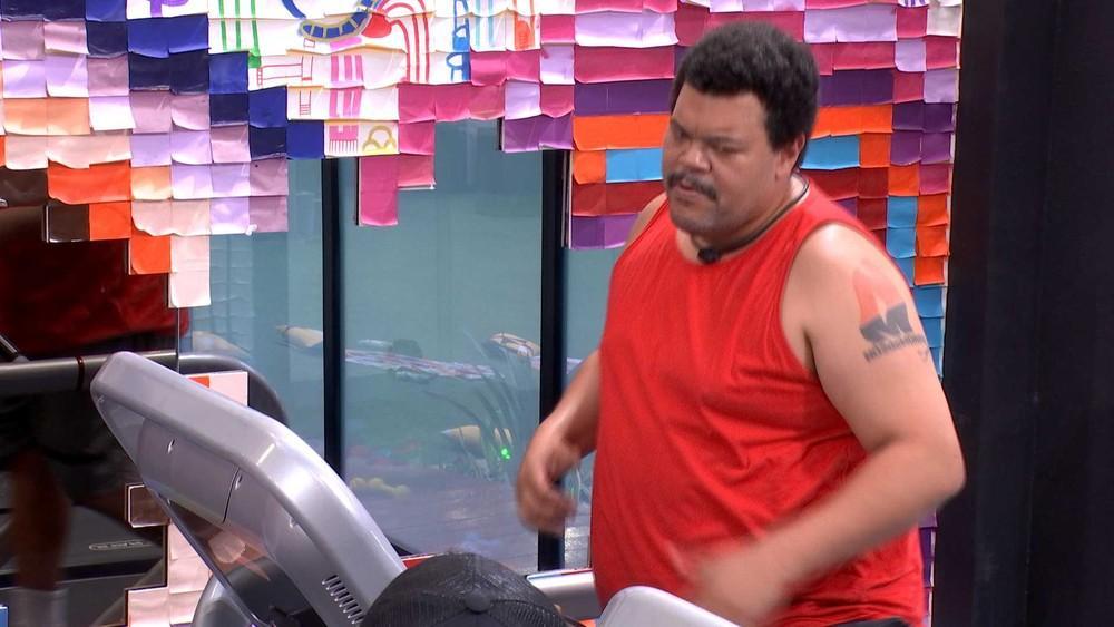 Babu Santana na academia de regata vermelha