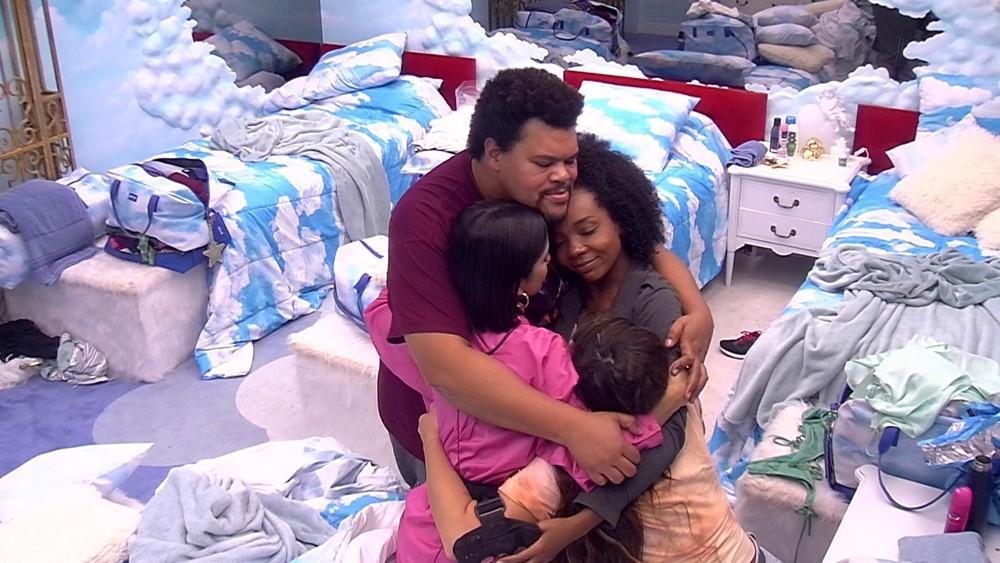 Babu se abraçando com sisters