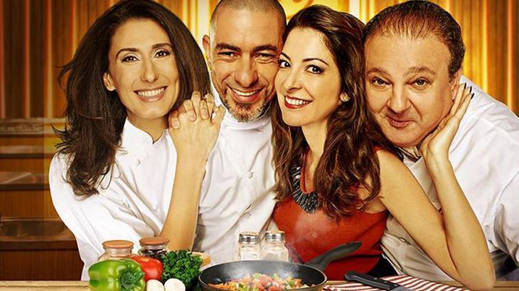 Os chefs Paola Carosella, Henrique Fogaça e Erick Jacquin abraçados com Ana Paula Padrão na cozinha do MasterChef