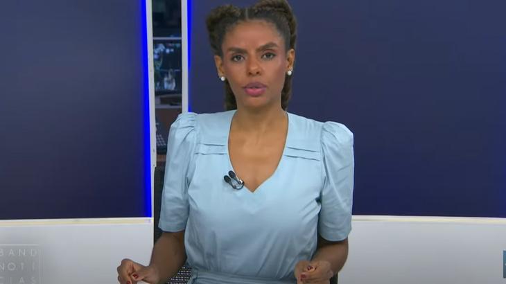 Cynthia Martins na bancada do Band Notícias