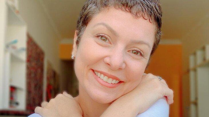 Bárbara Borges sorridente em casa