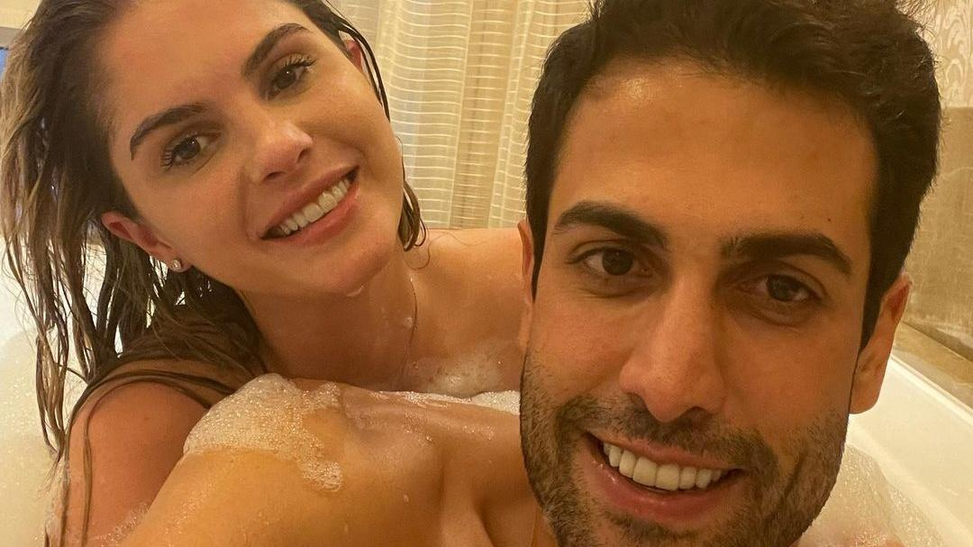 Bárbara Evans posa em banheira com o marido