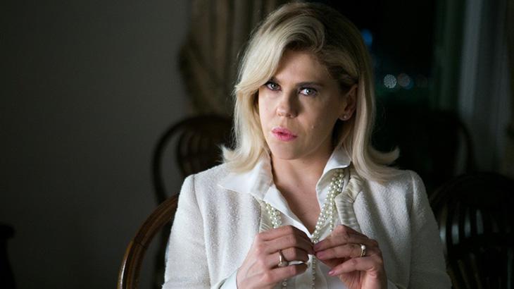 Bárbara Paz olhando fixamente e com colar de pérolas