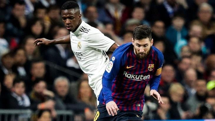 Vinícius Jr e Messi disputam a bola em jogo Barcelona e Real Madrid