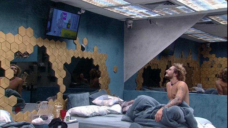 Ana Maria Braga e Louro José na televisão e Alan assistindo