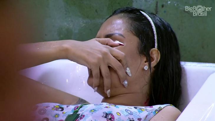 BBB20: Flayslane fica bêbada, toma água da piscina e termina confraternização chorando