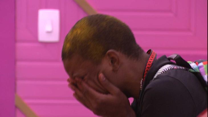 Lucas Pentado chorando sentado no BBB21