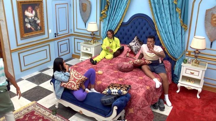Karol Conká, Nego Di e Lumena conversando no quarto do líde do BBB21