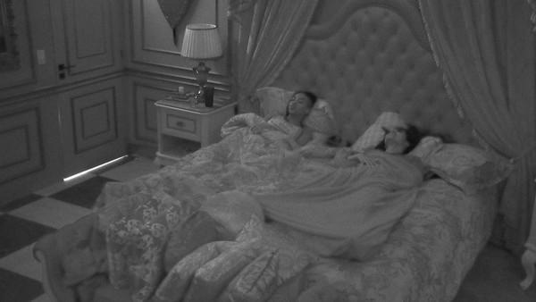 Karol Conká e Pocah deitadas no quarto do líder