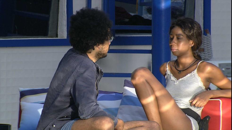Camilla de Lucas conversando com João Luiz na área externa do BBB21
