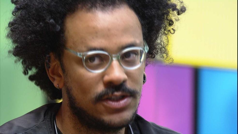 João Luiz conversando na academia do BBB21