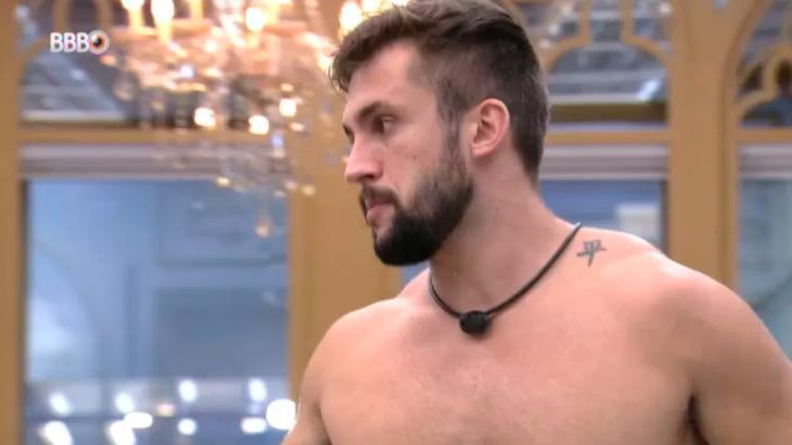 Arthur de perfil sem camisa no quarto do líder do BBB21