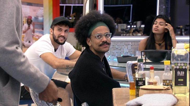 Arthur, João Luiz e Pocah sentados na cozinha do BBB21