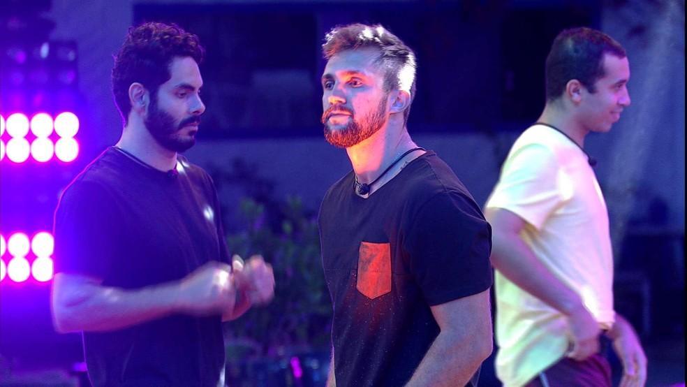 Arthur dançando durante prova do líder do BBB21 e Rodolffo e Gilberto ao fundo dançando