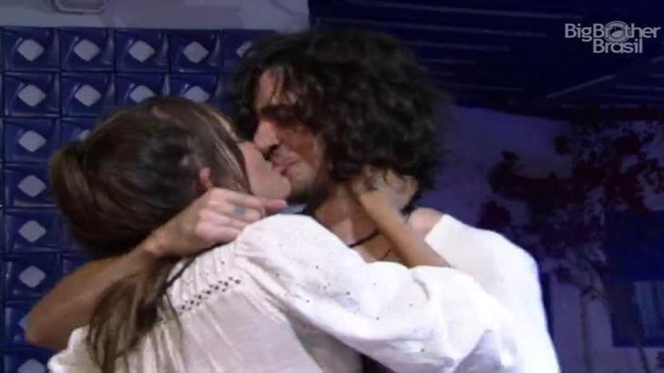 Thais e Fiuk se beijando durante a festa do líder