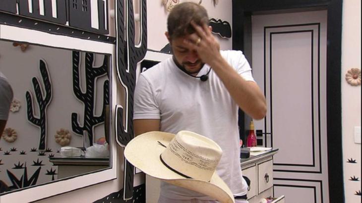 Caio chorando com chapéu na mão