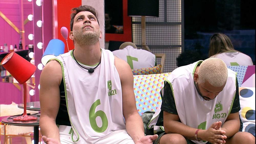 Caio faz oração sentado ao lado de Projota