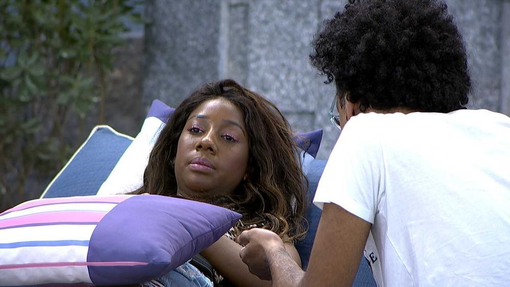 Camilla de Lucas está deitada na espreguiçadeira ao lado de João Luiz