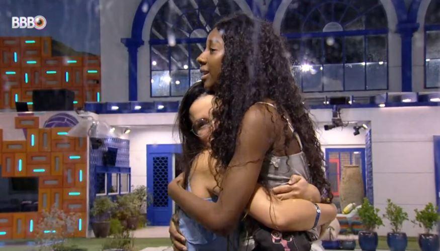 Camilla de Lucas e Juliette se abraçam na área externa do BBB21
