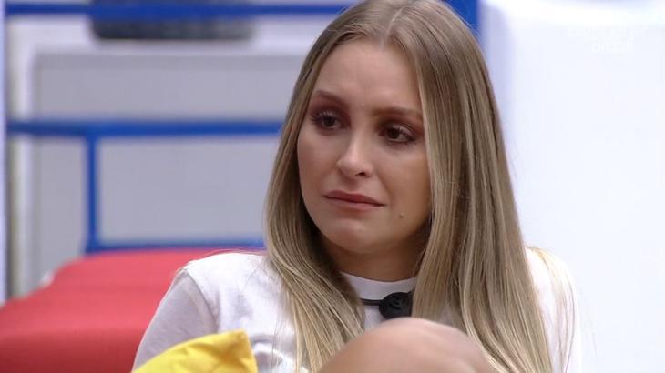 Carla Diaz chorando na área externa do BBB21