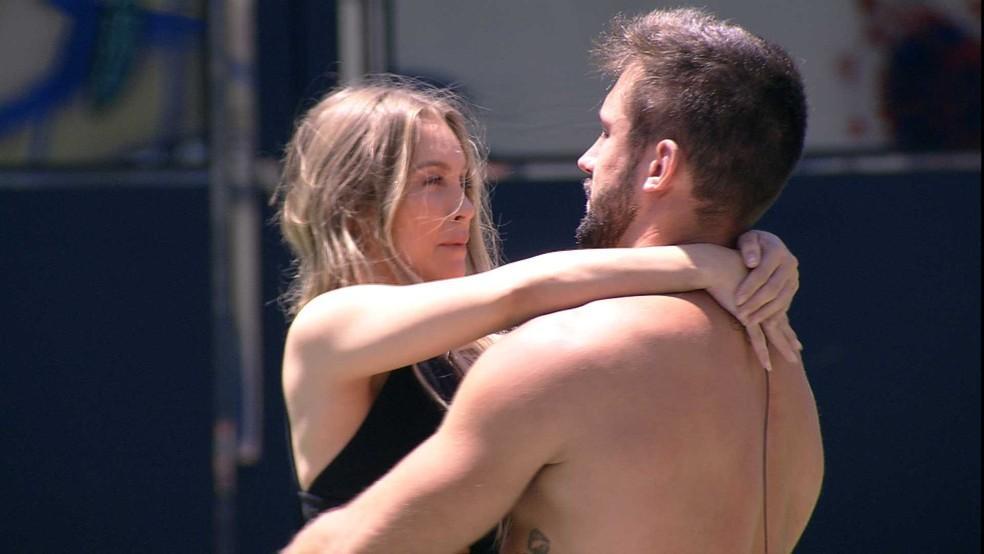 Carla e Arthur se abraçam no BBB21