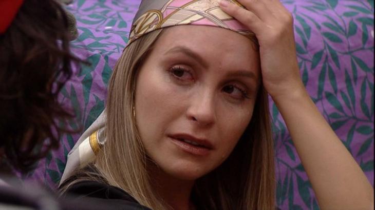 Carla Diaz chorando no quarto colorido