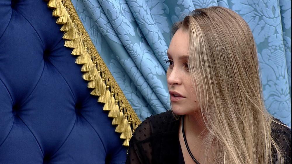No quarto do líder, Carla Diaz desabafa com Arthur Picoli
