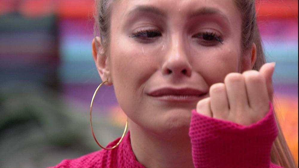No quarto, Carla cai no choro