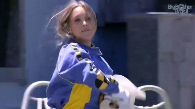 Carla Diaz vestida de Dummy tirando a máscara do personagem no BBB21
