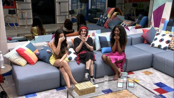 Juliette, Fiuk e Camilla de Lucas no sofá do BBB21