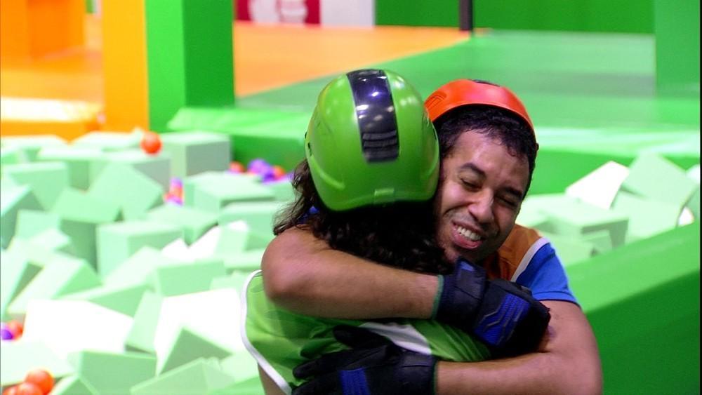 Fiuk e Gilberto se abraçam ao fim da prova do anjo