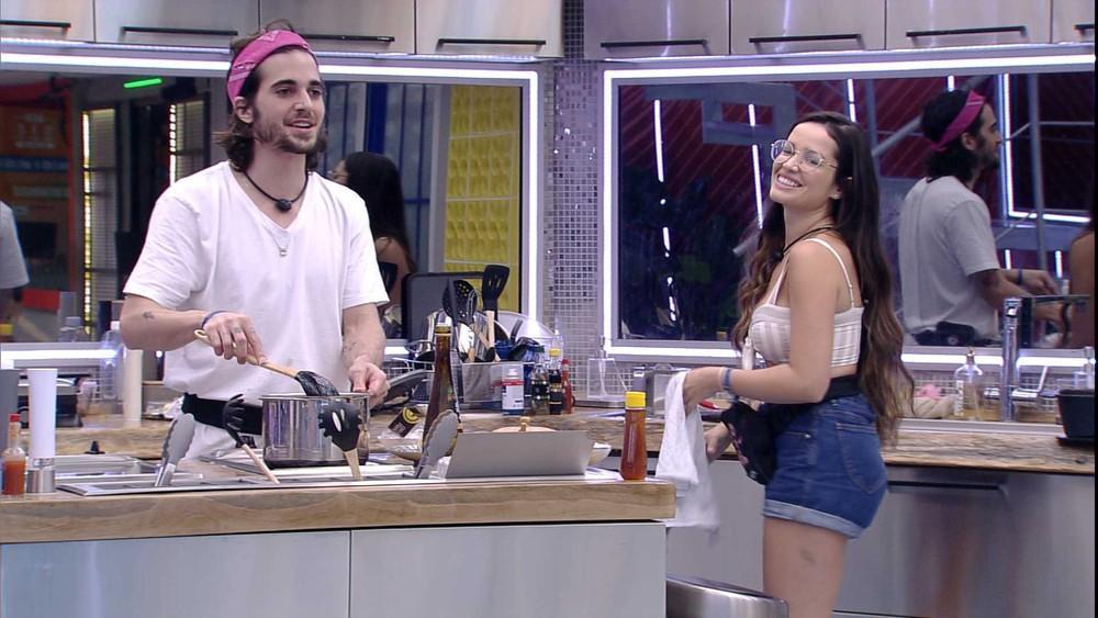 Juliette e Fiuk estão na cozinha do Vip